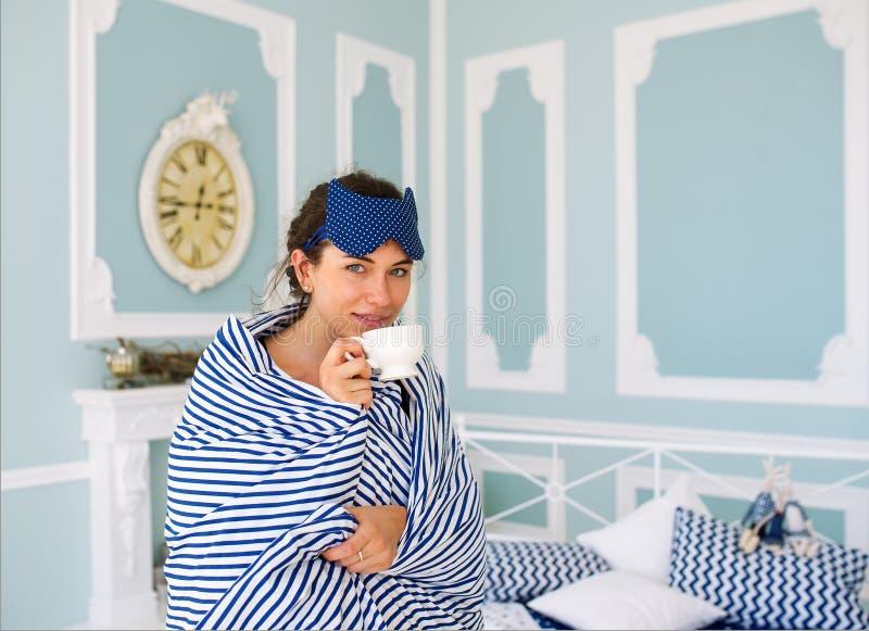 W łóżku ranek kawa obraz royalty free