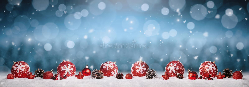 W śniegu bożenarodzeniowi ornamenty obraz stock
