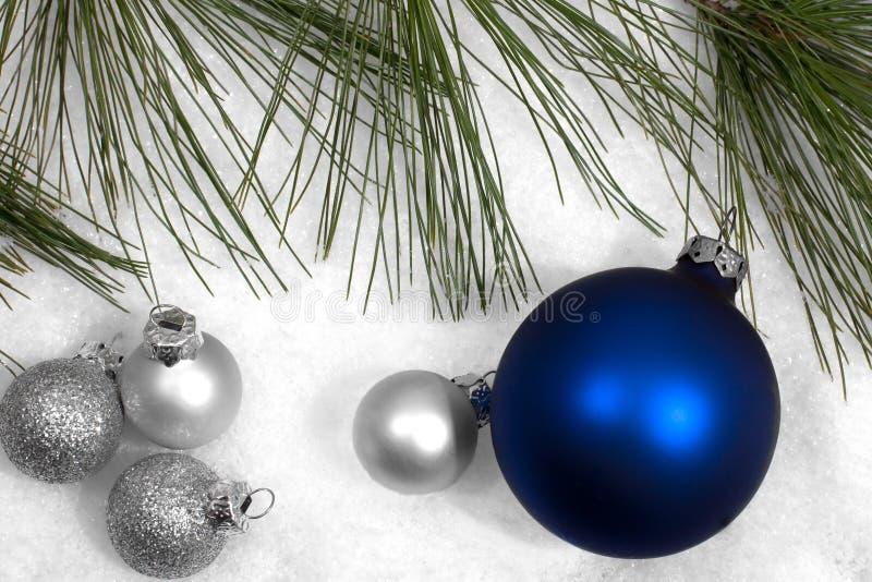 W śniegu srebni i błękitny Bożenarodzeniowi ornamenty zdjęcie stock