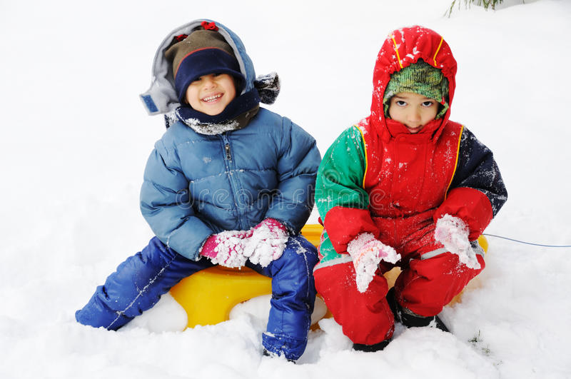W śniegu szczęśliwi dzieci fotografia royalty free