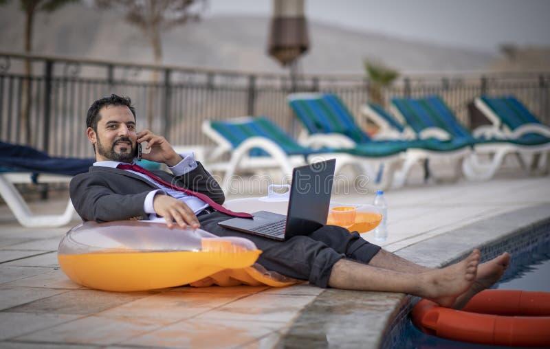 W średnim wieku arabski mężczyzna basenem w jego garniturze obrazy royalty free