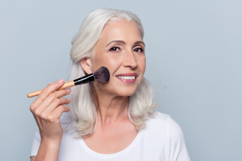 W średnim wieku, atrakcyjna, caucasian, ładna kobieta stosuje makeup o, obrazy stock