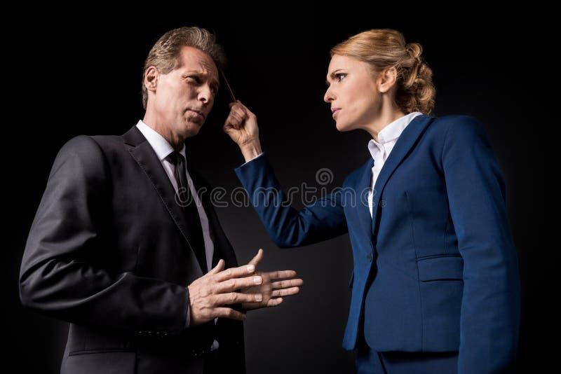W średnim wieku biznesowi koledzy ma konflikt i kłócić się zdjęcia stock