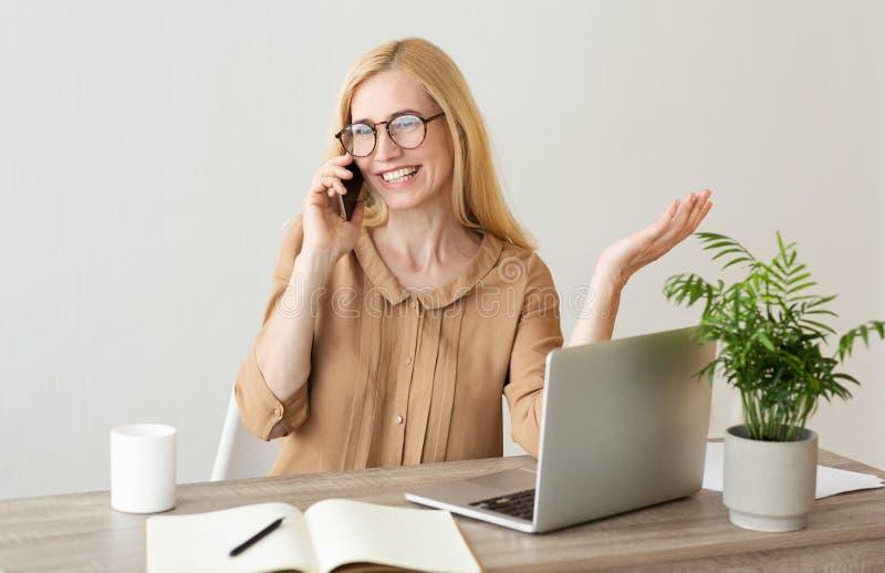 w średnim wieku bizneswoman Ma Biznesową rozmowę, Pracuje W biurze fotografia stock