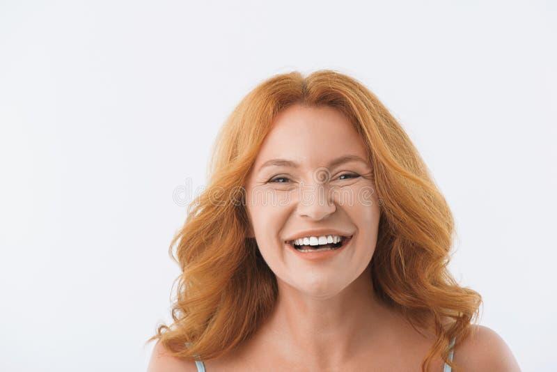 W średnim wieku dama ono uśmiecha się z szczęściem zdjęcie royalty free