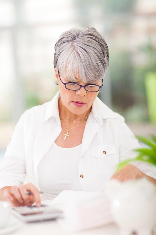 W średnim wieku kobiet konta fotografia stock