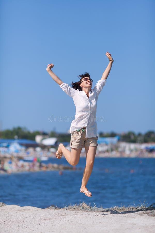 W średnim wieku kobieta skacze zdjęcia royalty free