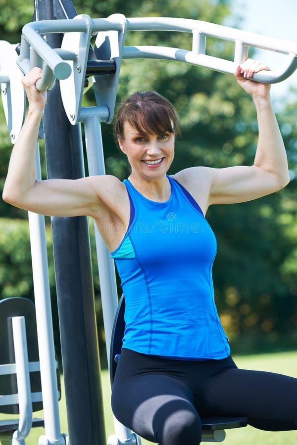 W Średnim Wieku kobieta Używa Plenerowego Gym wyposażenie zdjęcie royalty free