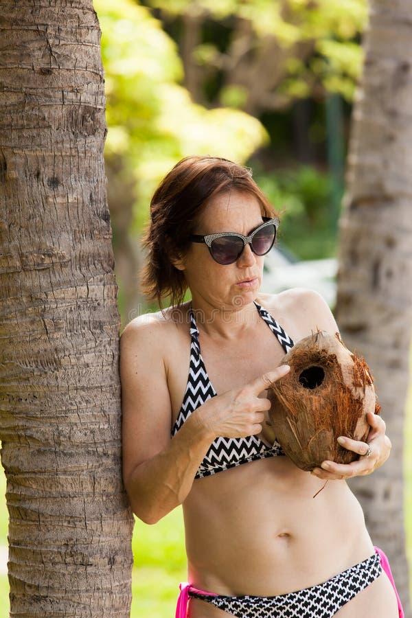 W średnim wieku kobieta z koksem zdjęcia stock