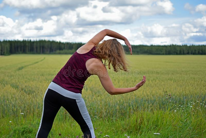 W średnim wieku kobiety ćwiczyć plenerowy zdjęcie royalty free