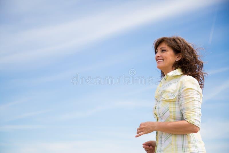 W średnim wieku kobiety odprowadzenie na plaży zdjęcia royalty free