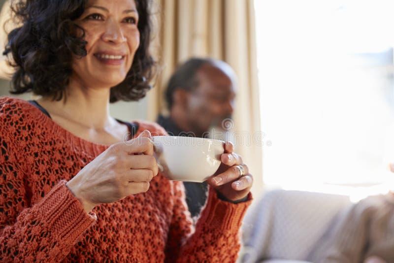W Średnim Wieku kobiety spotkania przyjaciele Wokoło stołu W sklep z kawą obraz stock