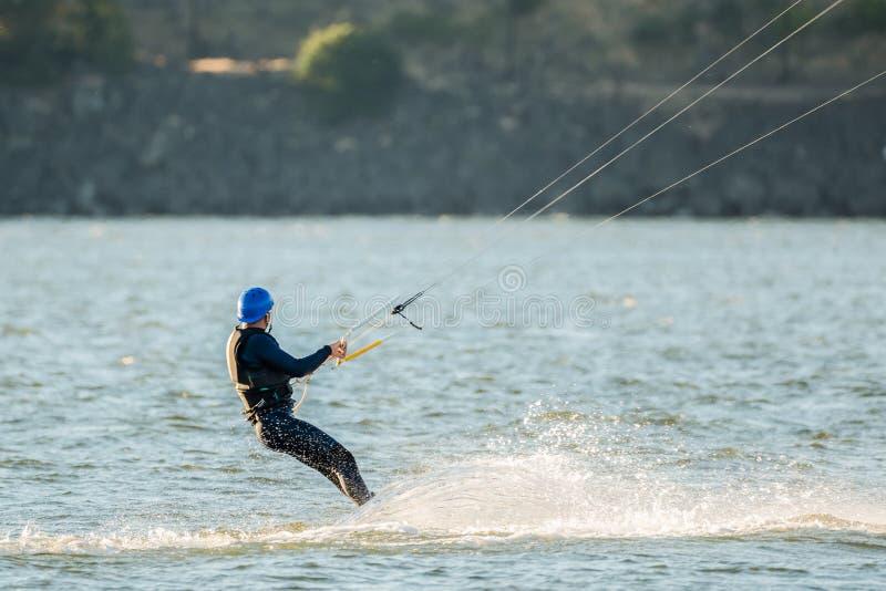 W średnim wieku mężczyzna na kiteboard obrazy stock