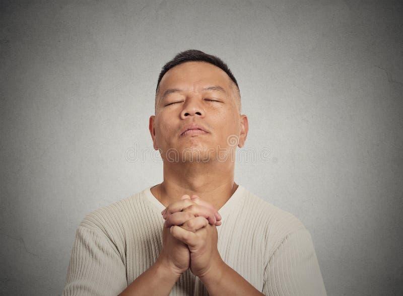 W średnim wieku mężczyzna oczu zamkniętego modlenia przyglądający up zdjęcia stock