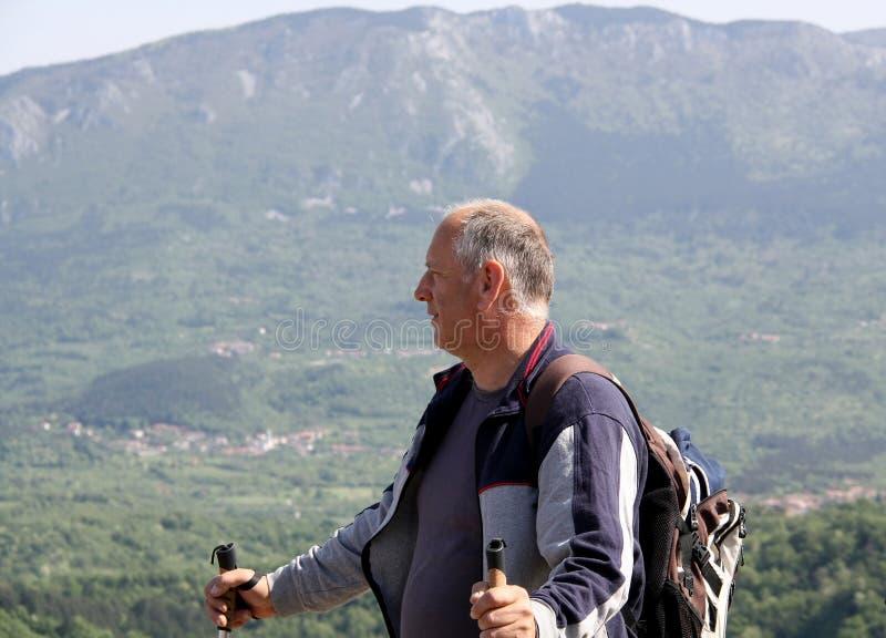 W średnim wieku mężczyzna ogląda dolinę obraz stock
