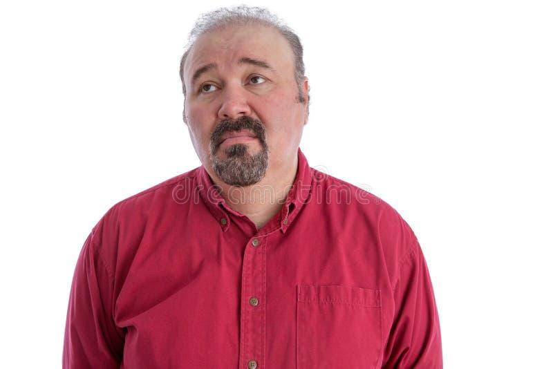 W średnim wieku mężczyzna patrzeje z przygnębionym wyrażeniem zdjęcia stock