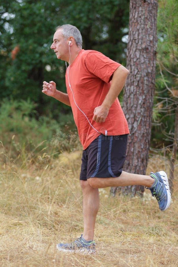 W średnim wieku mężczyzna w sportach munduruje rozgrzewkowy up zdjęcia stock