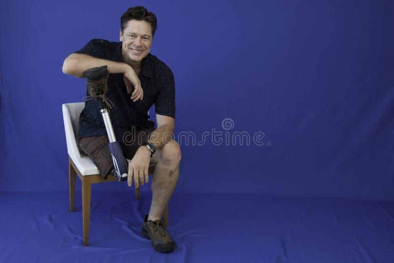 W średnim wieku mężczyzna szczęśliwy z życiem, niepełnosprawny, obraz royalty free
