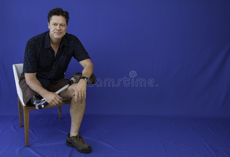 W średnim wieku mężczyzna szczęśliwy z życiem, niepełnosprawny, obraz stock
