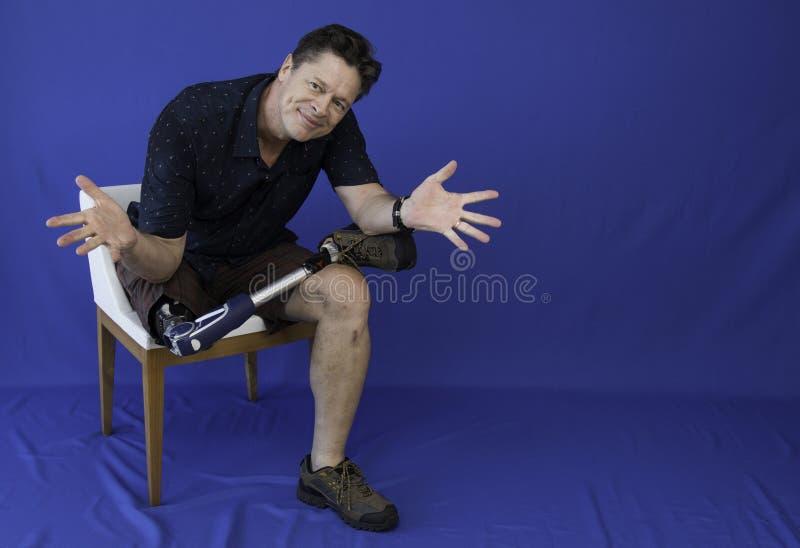 W średnim wieku mężczyzna szczęśliwy z życiem, niepełnosprawny, obrazy stock
