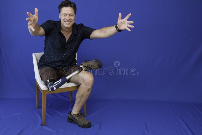 W średnim wieku mężczyzna szczęśliwy z życiem, niepełnosprawny, zdjęcia royalty free