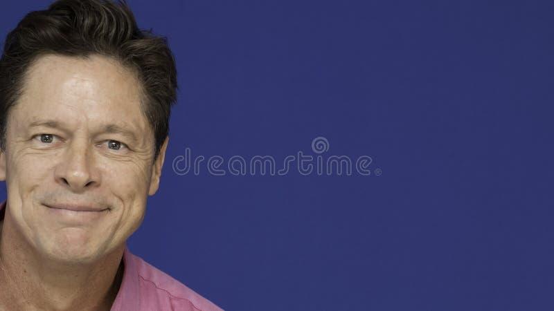 W średnim wieku mężczyzna szczęśliwy z życiem, niepełnosprawny, zdjęcie royalty free