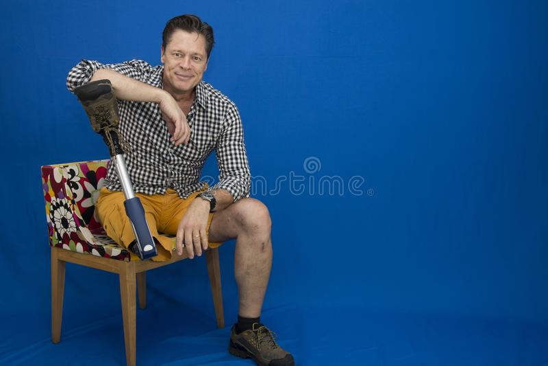 W średnim wieku mężczyzna szczęśliwy z życiem, niepełnosprawny, zdjęcie stock