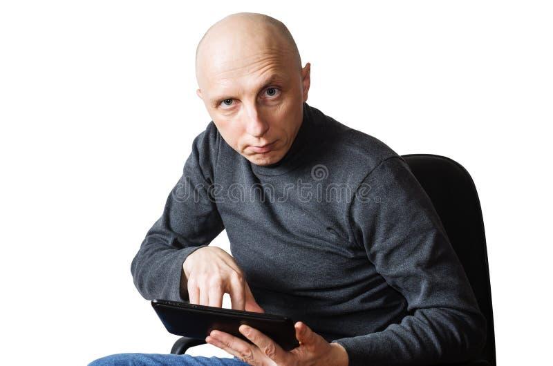 W średnim wieku mężczyzna z pastylka komputerem w rękach zdjęcie royalty free