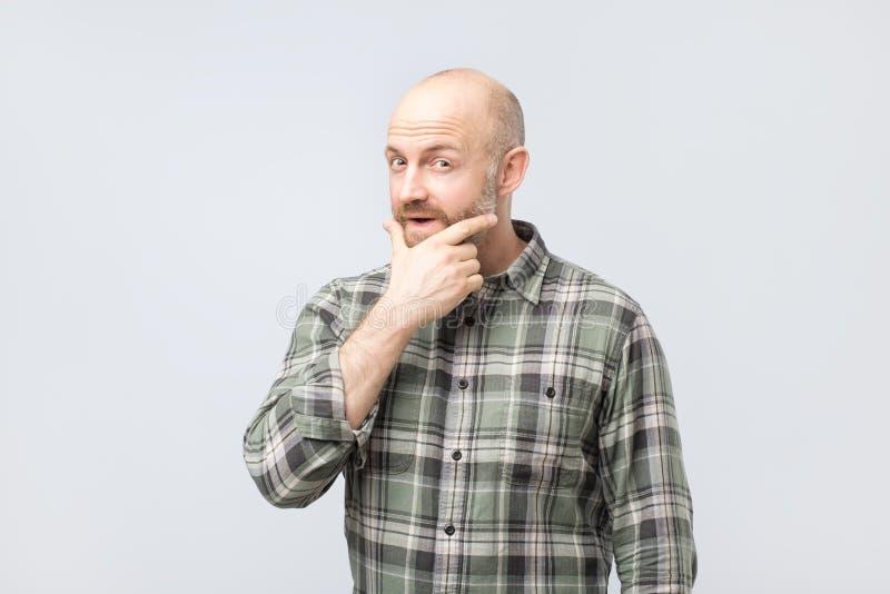 W średnim wieku mężczyzny główkowanie, wyrażający przywódctwo odbicia i koncerny próbuje robić decyzji, zdjęcia stock