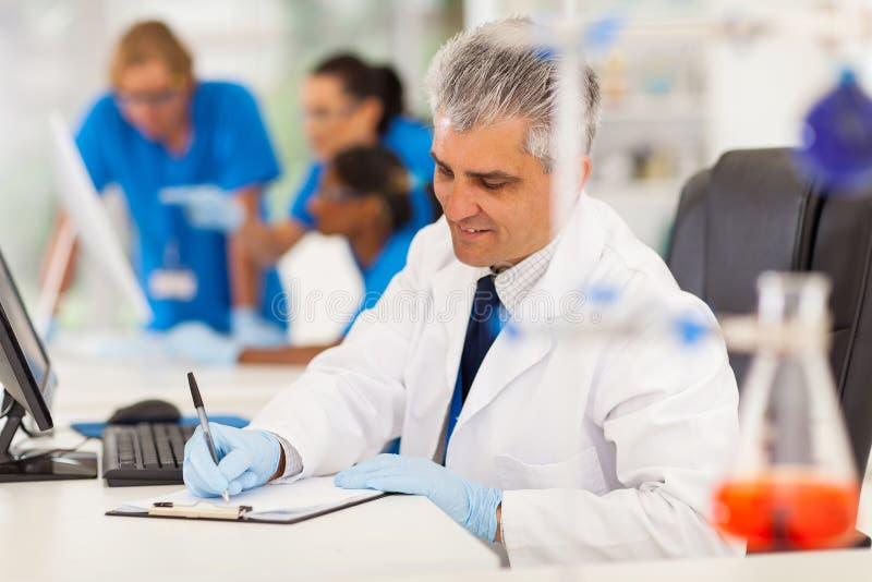 W średnim wieku medyczny badacz obrazy stock