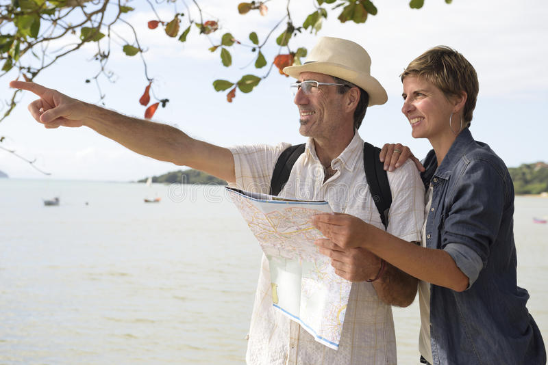 W średnim wieku para na wakacje z mapą zdjęcia royalty free