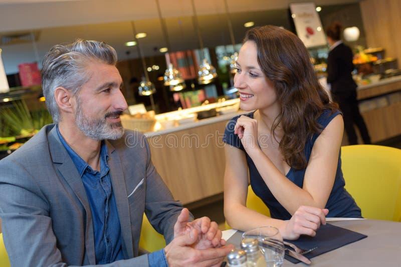 W średnim wieku para w restauraci zdjęcie stock