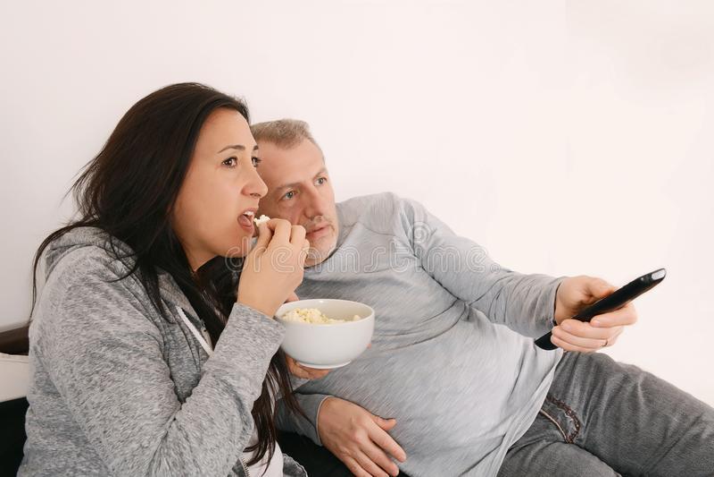 W średnim wieku pary dopatrywania film na TV obrazy stock