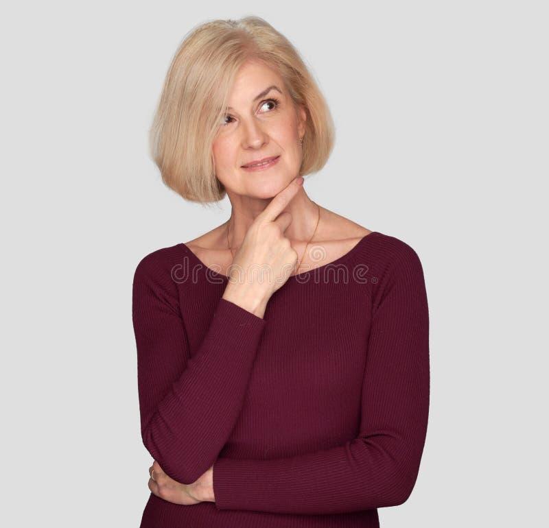 W średnim wieku piękny blondynki kobiety główkowanie zdjęcie royalty free