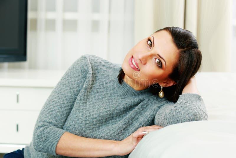 W średnim wieku rozważna szczęśliwa kobieta obrazy royalty free
