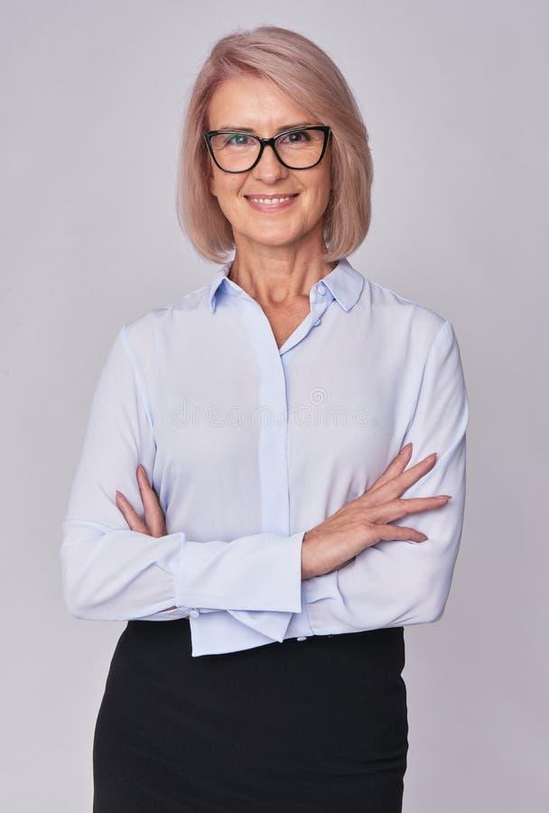 W średnim wieku uśmiechnięta biznesowa kobieta obraz stock