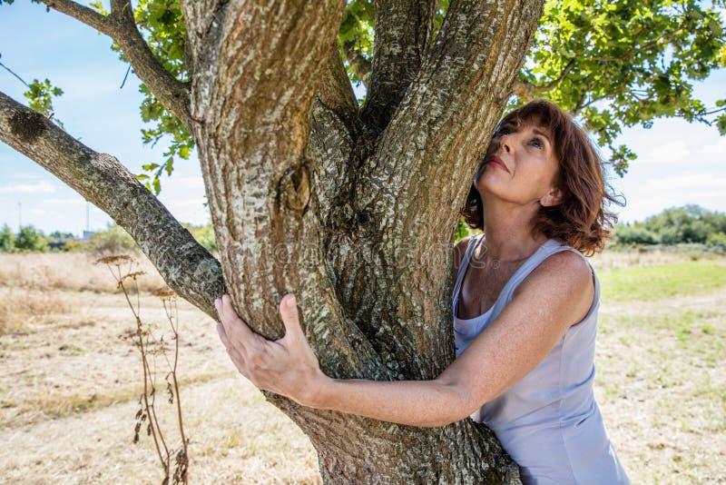 W średnim wieku wellness i kobiety harmonia z naturą obrazy stock