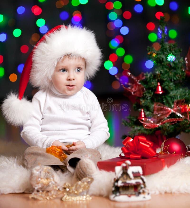 W Święty Mikołaj kapeluszu śmieszny dziecko obrazy royalty free