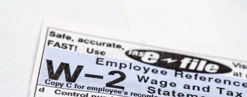 W-2 φορολογική μορφή με την αγγελία ε-αρχείων στοκ εικόνες με δικαίωμα ελεύθερης χρήσης