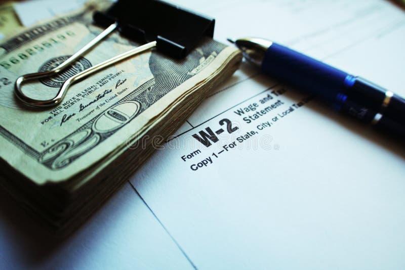 W-2与计算器、二十&笔的报税表 库存照片