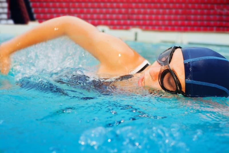 W akci młoda pływaczka zdjęcie royalty free