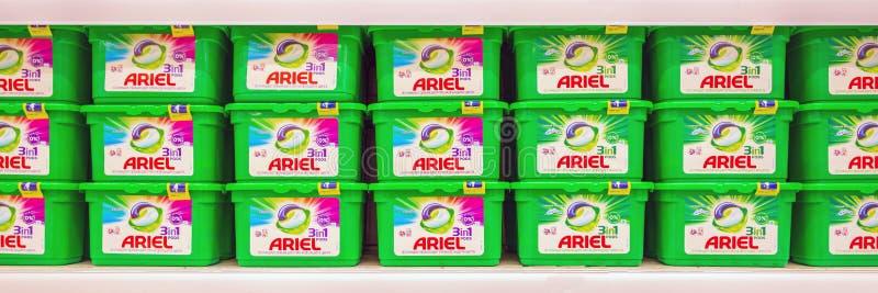 W Ariel pralniany detergent w jeden na supermarkecie odkłada Tekst w rosjaninie: gacenia, pokaz plamy, kolor zdjęcia royalty free