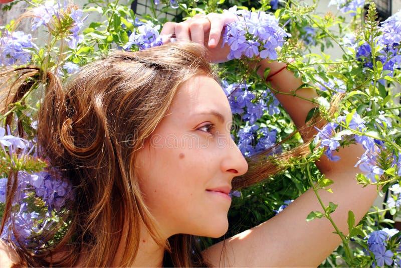 W błękitny kwiatach piękna kobieta zdjęcia stock