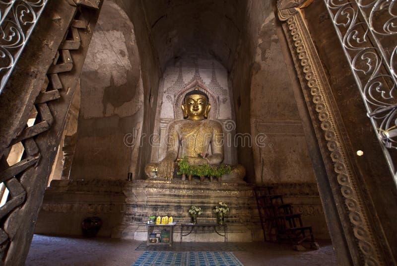 W Bagan świątyni Buddha złota statua - Myanmar zdjęcia stock