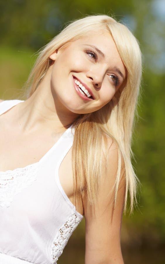 W biały bluzce piękna młoda blond kobieta obraz royalty free