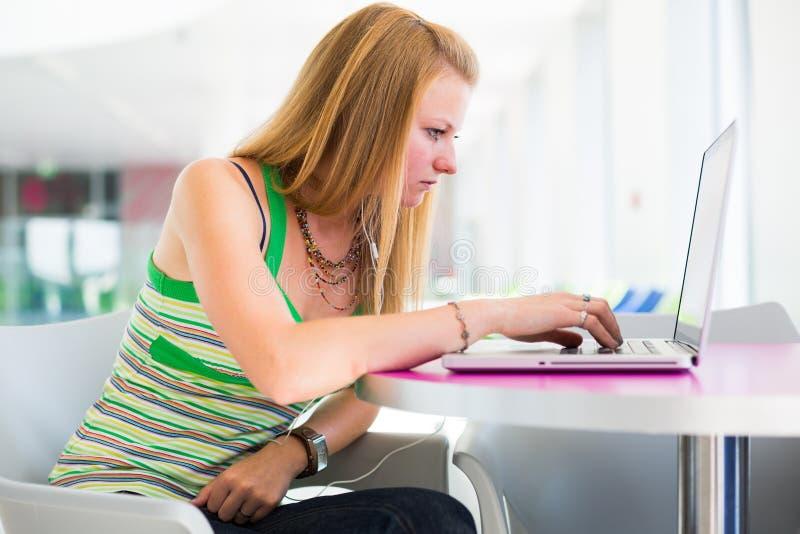 W bibliotece ładny żeński student collegu obraz stock