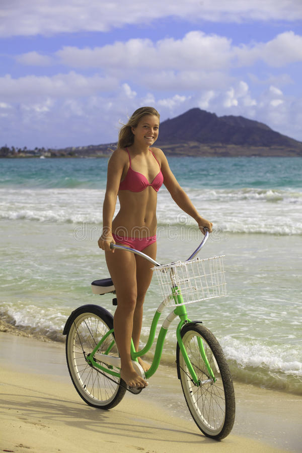 W bikini jazdie blond dziewczyna jej rower zdjęcia stock