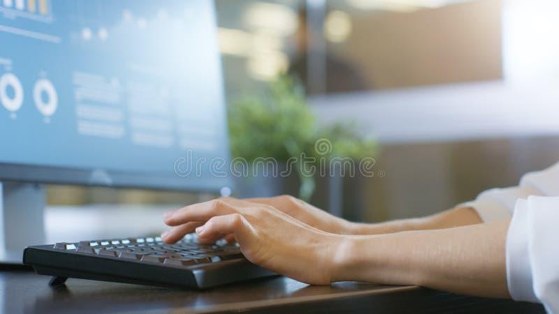 W biuro kobiety rękach Pisać na maszynie na klawiaturze, Monitoruje Pokazywać zdjęcie royalty free