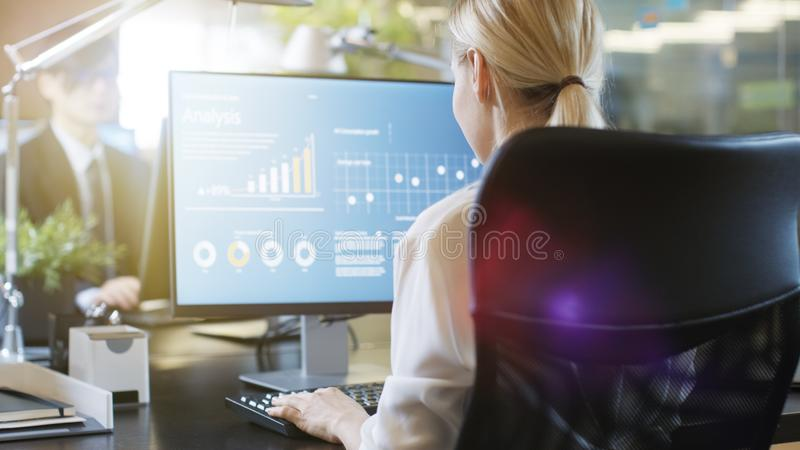 W Biurowym biznesmena i bizneswomanu obsiadaniu Naprzeciw obrazy stock