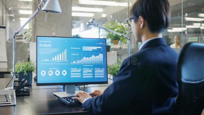 W biurze biznesmen pracuje przy Jego biurkiem na Osobistym Comput fotografia stock